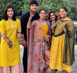 Babita Phogat Biography - Wrestler, Baby Boy, Husband, Marriage Photos, Sisters, Father, Nach Baliye, BJP, Awards - gulabigangofficial.in 14